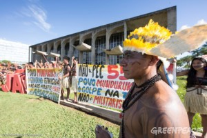 """A protest is led by leaders of the Munduruku Indigenous People in front of the Brazilian Justice Palace in Brasilia to demand the demarcation of the Sawré Muybu Indigenous Land on the Tapajós River in the Amazon. The action was supported by Greenpeace Brazil and the Conselho Indigenista Missionário (Cimi). They used the phrase """"Demarcação Ja"""" (Demarcation Now) and placed 180 arrows representing the deadline - which expired on November 28th - for the Ministry of Justice to announce the official recognition of the Munduruku land. 29 de novembro de 2016, Brasília, Brasil. Protesto realizado por lideranças do povo Munduruku em frente ao Palácio da Justiça, em Brasília, para cobrar a demarcação da Terra Indígena Sawré Muybu, no rio Tapajós, no Pará. A atividade contou com o apoio do Greenpeace Brasil e do Conselho Indigenista Missionário (Cimi). A frase """"Demarcação Já"""" estava acompanhada de 180 flechas representando o prazo administrativo – expirado no dia 28 de novembro – para que o Ministério da Justiça defina sobre a publicação da Portaria Declaratória da terra reivindicada como tradicional pelos Munduruku. Foto: Otávio Almeida/Greenpeace"""
