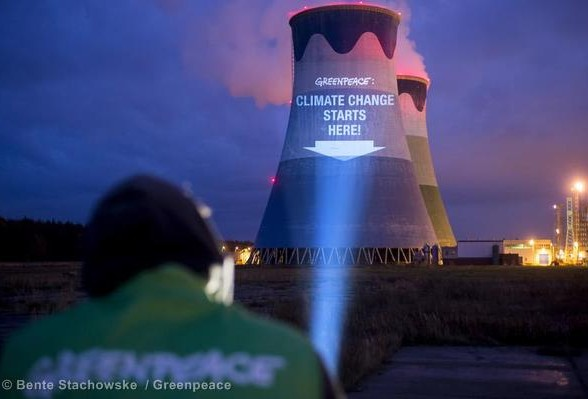 COP19 Projection on Coal Power Station Opole Greenpeace-Aktivisten demonstrieren gegen Kohlekraftwerke