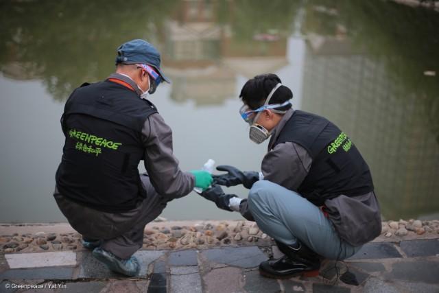Les membres de Greenpeace testent la présence de cyanure près du Meihua Hotel, sur la route de Jinhai, dans le district de Tanggu.