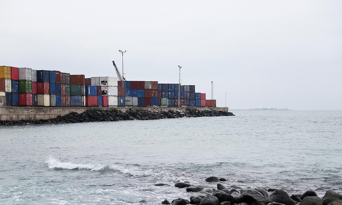 Le terminal commercial de Sao Tomé, où sont entassés les conteneurs destinés à l'export. © Micha Patault / Greenpeace