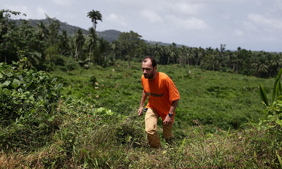 L'équipe de Greenpeace sur le terrain à Sao Tomé. © Micha Patault / Greenpeace