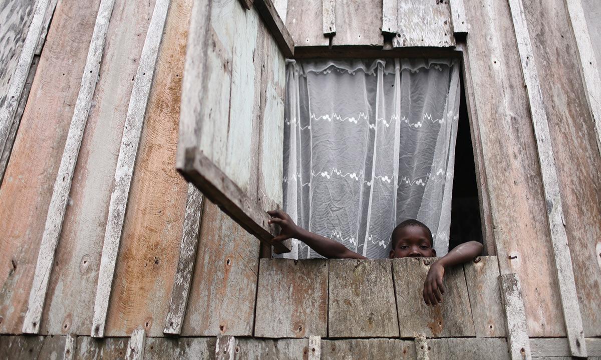 Une maison en bois traditionnelle à Praia Pesqueira, à Sao Tomé-et-Principe. Le bois est une ressource de grande valeur à Sao Tomé. Aujourd'hui, les compagnies forestières s'enfoncent de plus en plus loin dans la forêt, menaçant le parc national Obo. © Micha Patault / Greenpeace
