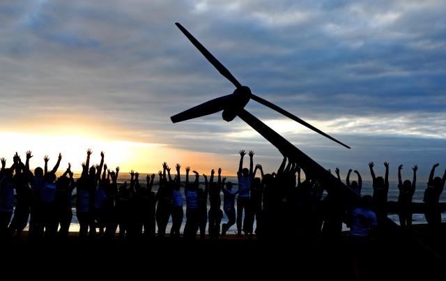 Des activistes dressent une éolienne pendant la COP de Durban
