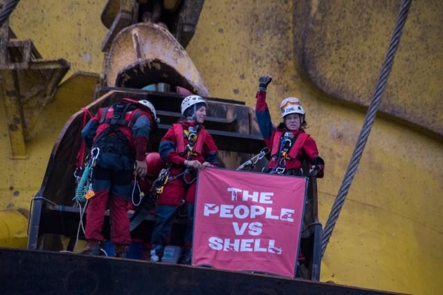 Des activistes de Greenpeace sur une plateforme pétrolière de Shell