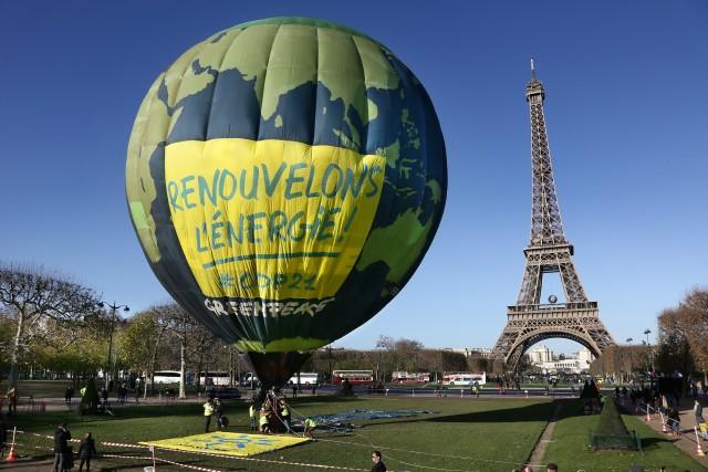 La montgolfiere de Greenpeace au dessus du Champ de Mars pour l'ouverture de la COP 21