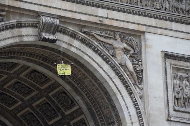 Un activiste de Greenpeace suspendu à l'Arc de Triomphe pour demander 100% de renouvelables pour tous © Pierre Baelen / Greenpeace