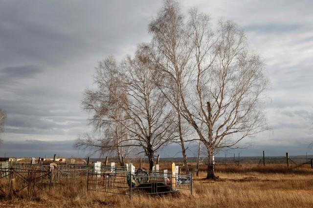 Cimetière, village de Muslyumovo en Russie, situé près du complexe nucléaire de Maïak (l'une des terres les plus polluées de déchets radioactifs au monde) © Denis Sinyakov / Greenpeace