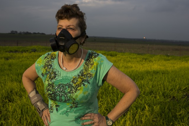 Une femme porte un masque à gaz contre la pollution atmosphérique liée au gaz, au Texas, en mars 2015 © Les Stone / Greenpeace