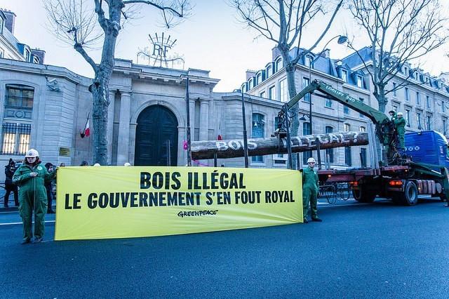 Action du 4 mars 2015 devant le ministère de l'Écologie © Greenpeace / Pierre Baelen