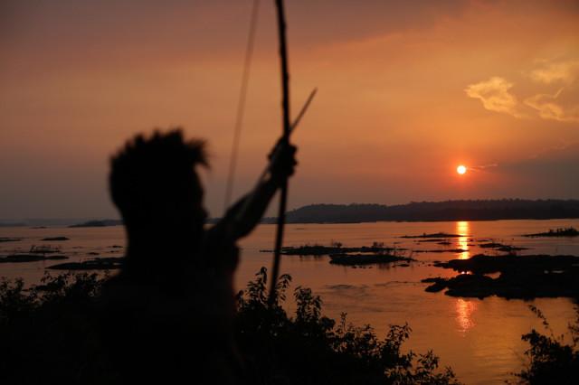 Un Munduruku devant la rivière Tapajos, l'affluent de l'Amazone menacé par le mega-barrage © Lunaé Parracho / Greenpeace