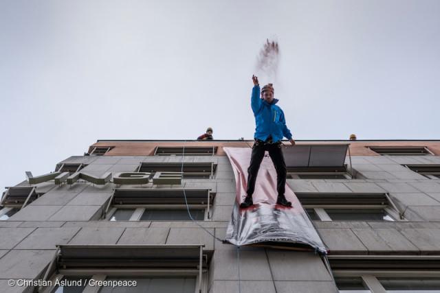 Les militants suédois ont organisé un « défilé vertical » sur la façade de Haglöfs, la principale marque d'équipements de plein air en Scandinavie