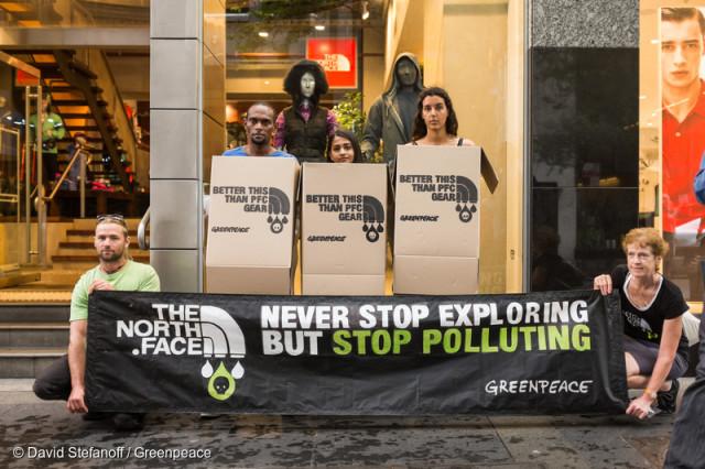 En Australie, des militants ont revêtu des boîtes en carton devant un magasin de The North Face