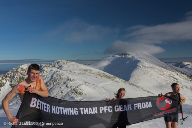 Les militants slovaques se dénudent aussi ! Leur slogan : mieux vaut ne rien porter que de porter des PFC !