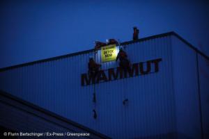 En Suisse, nos activistes ont installé un bivouac sur la façade du siège de Mammut