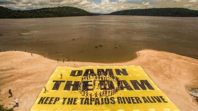 Action groupée des activistes de Greenpeace et du peuple Munduruku pour demander au gouvernement brésilien d'abandonner le projet de méga-barrage © Fábio Nascimento/Greenpeace