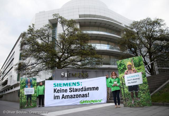 Action devant le siège social de Siemens, en Allemagne © Oliver Soulas / Greenpeace