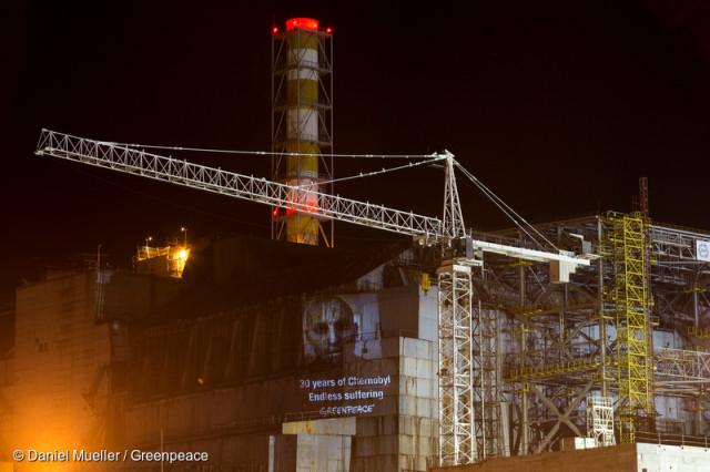 Greenpeace a célébré le triste anniversaire de l'accident de Tchernobyl en projetant des messages de soutiens au survivants de la catastrophe sur le sarcophage du réacteur endommagé.