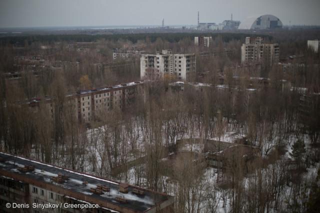 Pripyat, ville abandonnée suite à la catastrophe de Tchernobyl. On aperçoit la centrale en arrière-plan de la ville désertée. © Denis Sinyakov / Greenpeace