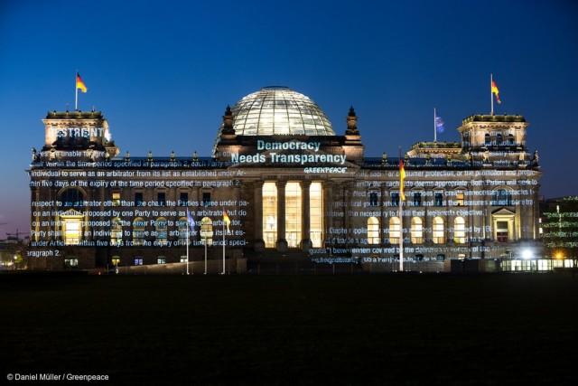 Projection des documents secrets sur le Reichstag, en Allemagne © Daniel Müller / Greenpeace