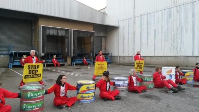 7h : seize militants forment une chaîne humaine pour bloquer l'accès à l'usine de Petit Navire