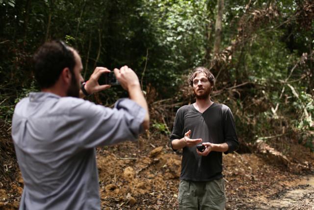 En mission sur le terrain pour documenter risques et avancées de la déforestation au Cameroun. © Micha Patault / Greenpeace