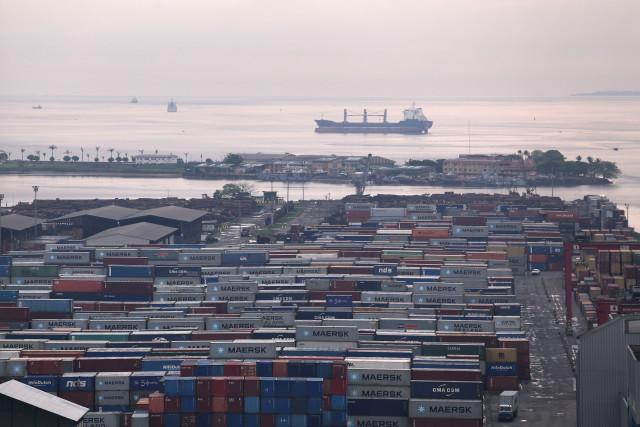 Le port de Douala, au Cameroun, par où transite l'huile de palme avant export. Comme beaucoup d'autres en Afrique, il est contrôlé par le groupe Bolloré. © Micha Patault / Greenpeace