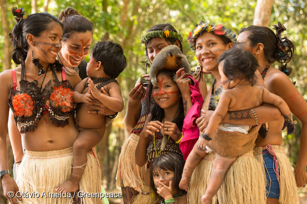 Munduruku People Welcome Alice Braga to Sawré Muybu Village in the AmazonPovo Munduruku Recebe Alice Braga na Aldeia Sawré Muybu