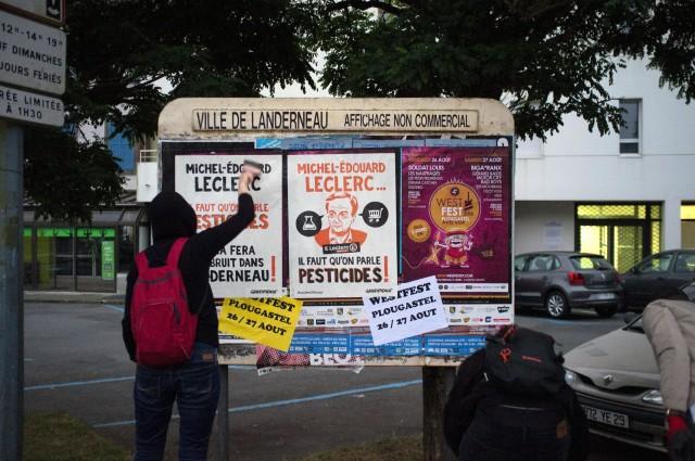 Action à Landerneau, dans la ville natale de Michel Edouard Leclerc © Alg / Greenpeace