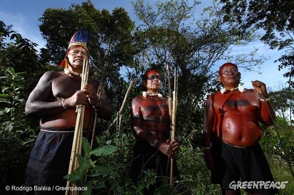 Les indiens Xavántes de la région de Maraiãwatsede et leurs peintures de guerre traditionnelles. À cause du conflit autour de la propriété de leurs terres, les peintures de guerres font désormais partie du quotidien des peuples autochtones.