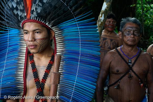 Des Mundurukus dans leur village de Sawré Muybu, proche du fleuve Tapajos, en Amazonie.