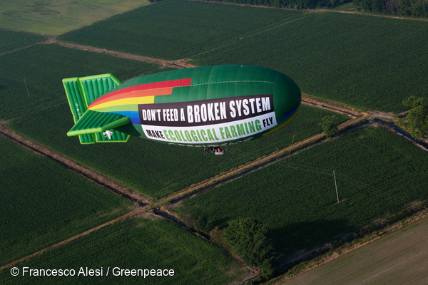 """Lors de l'Exposition universelle de Milan en 2015, Greenpeace a fait voler ce dirigeable pour porter le message suivant : """"N'alimentez pas un système défaillant. Donnez des ailes à l'agriculture écologique""""."""