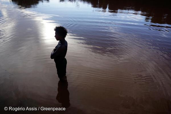 Cleudivaldo Karo Munduruku, pêcheur, à l'œuvre dans la rivière Tapajos