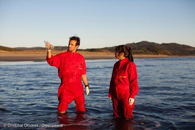 De mai à août, des équipes de Greenpeace ont rassemblé et analysé des échantillons d'eau, des données de la NASA, des images satellite, des informations fournies par les autorités et des témoignages d'habitants de l'île.