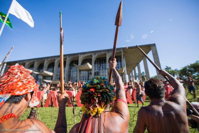 Manifestation conduite par les leaders Munduruku devant le Palais de Justice de Brasilia pour demander la démarcation du territoire Sawré Muyby, sur les bords du fleuve Tapajós d'Amazonie. L'action a été soutenue par Greenpeace Brésil.