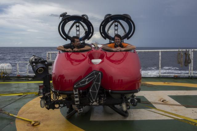 John Hocevar et Ronaldo Francini Filho fins prêts pour la première plongée en sous-marins. © Marizilda Cruppe / Greenpeace