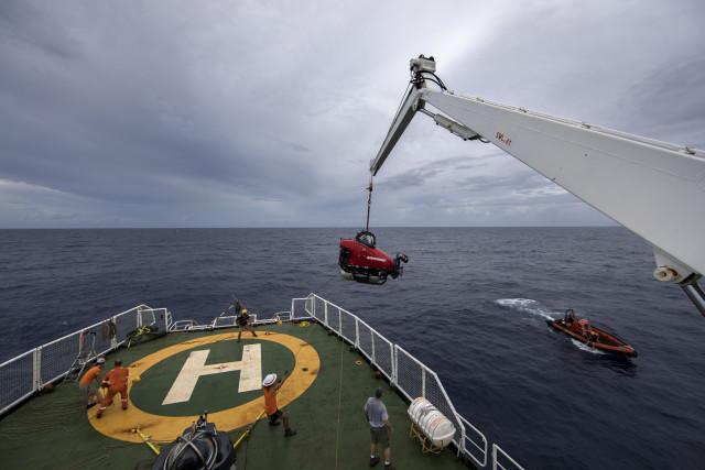 Opération délicate : mise à l'eau du sous-marin © Marizilda Cruppe/Greenpeace.