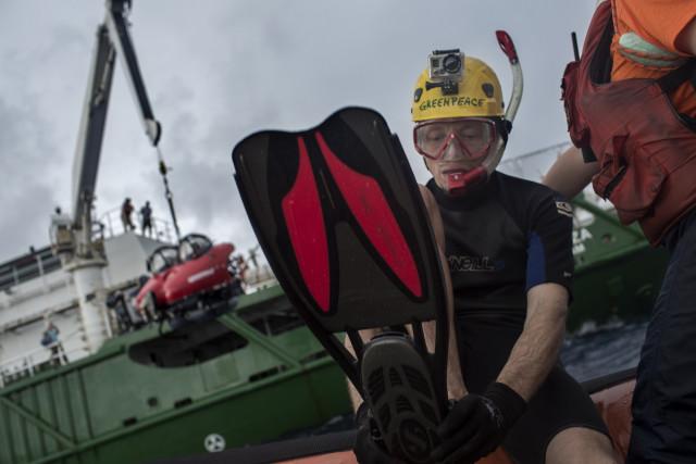 Texas se prépare pour aller décrocher le sous-marin de la grue.  © Marizilda Cruppe/Greenpeace.