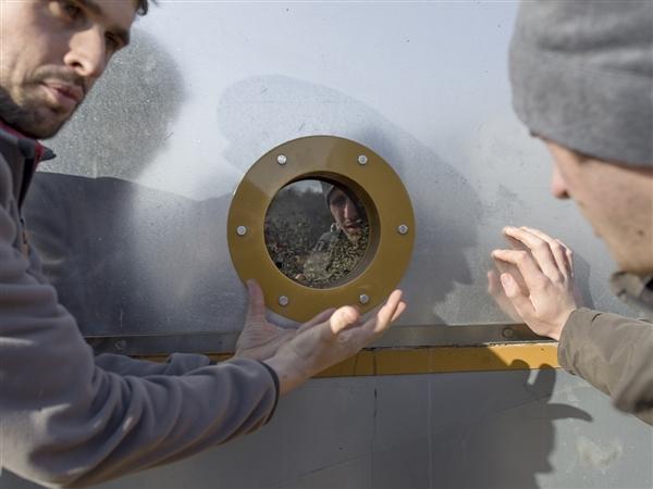 Sébastien explique à ses hôtes le fonctionnement du toaster de graines. © Théophile Trossat / Greenpeace