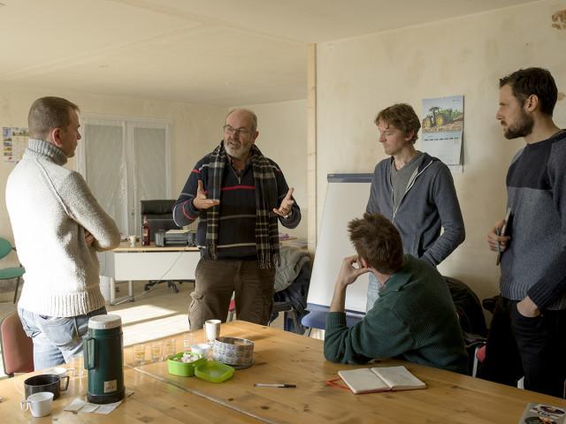 Jacques, fondateur du GAEC Ursule, explique sa démarche à ses visiteurs attentifs. © Théophile Trossat / Greenpeace