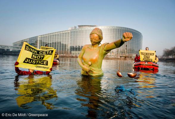 Ce matin devant le Parlement à Strasbourg, les militants de Greenpeace se sont mobilisés pour dénoncer les dangers du CETA avec un message : « Couler le CETA, pas la justice ».