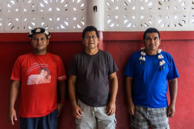 De gauche à droite : Josinei Anika dos Santos, Domingos Santa Rosa et Gilberto Iaparra, trois dirigeants de peuples autochtones. © Rogério Assis / Greenpeace
