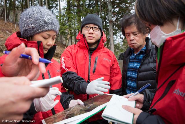 L'équipe d'investigation en radioprotection de Greenpeace discute avec Toru Anzai. Enquête sur la contamination radioactive autour de la maison de ce dernier, évacué du village d'Iitate en 2011 lors de la catastrophe nucléaire de Fukushima Daiichi.