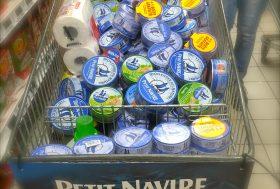 MaraThon: les boîtes de thons prises au piège dans les mailles des caddies des militants… #TaïUnion#PetiNavire#NotJustTuna#ArreThon