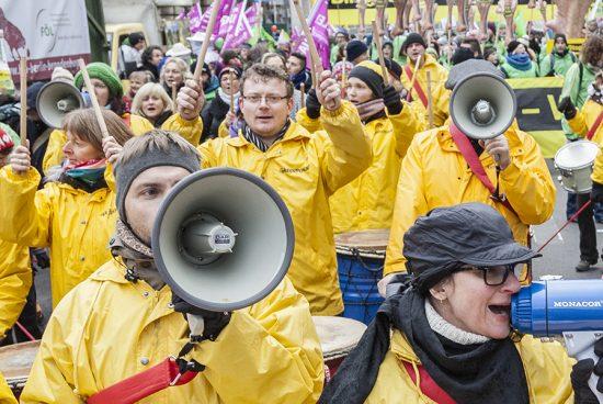 Des activistes Greenpeace manifestent avec des mégaphones et des pancartes