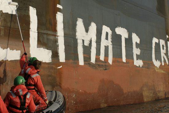 Des militants Greenpeace écrivent