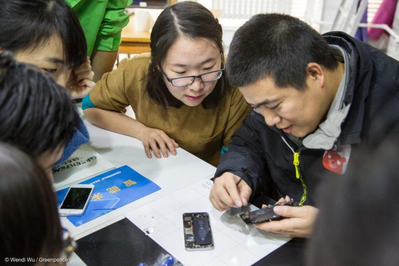 Obsolescence programmée : les ateliers de réparation, comme ici à Pékin, se développent de plus en plus