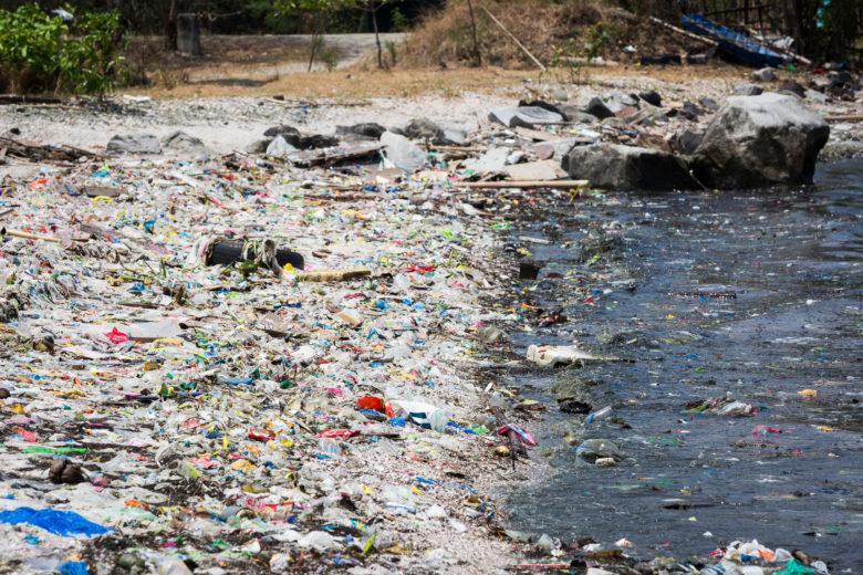 La baie de Manille envahie par le plastique, Manille, 2017.  © Daniel Müller / Greenpeace