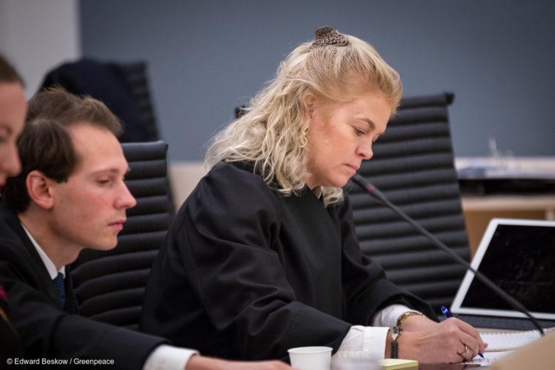 Sur cette photo, Cathrine Hambro et Emanuel Feinberg, avocats de Greenpeace et de l'organisation environnementale Nature & Youth.