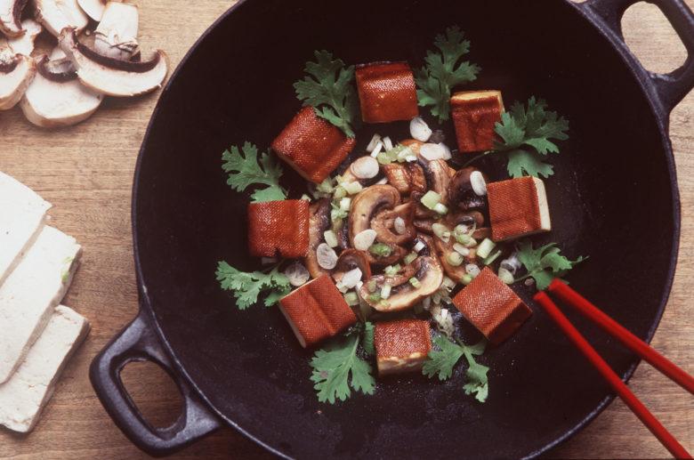 Un plat au tofu et aux graines de soja