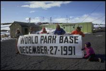 La communauté internationale décrète l'Antarctique une « réserve naturelle consacrée à la paix et à la science ».